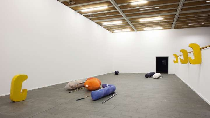 Nairy Baghramian Fluffing the Pillows, Installationsansicht, 2012, Kunsthalle Mannheim